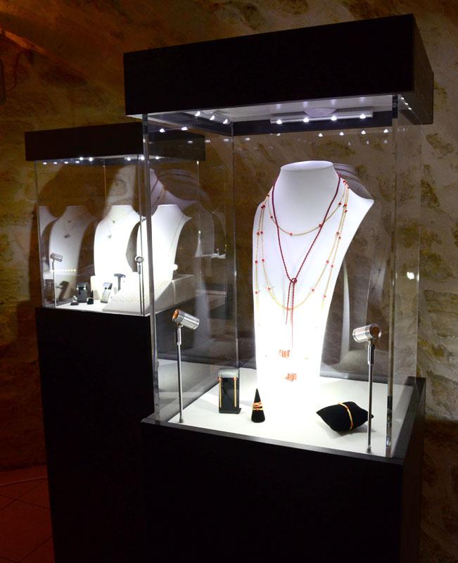 Vitrine sur mesure en plexiglas pour Exposition Cadik Paris joaillier